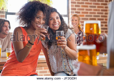 Kokett Kundinnen Toasten Kellner In der Bar - Stockfoto