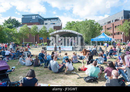 Open-Air-Konzert in Staines-upon-Thames Tag, Memorial Gardens, Staines-upon-Thames, Surrey, England, Vereinigtes - Stockfoto