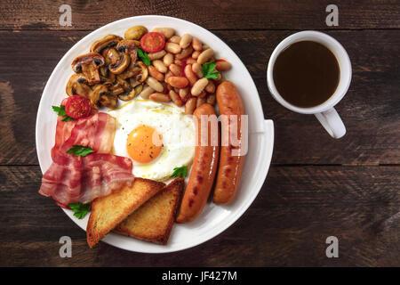 Overhead Schuss von englisches Frühstück mit Kaffee und Exemplar Stockfoto