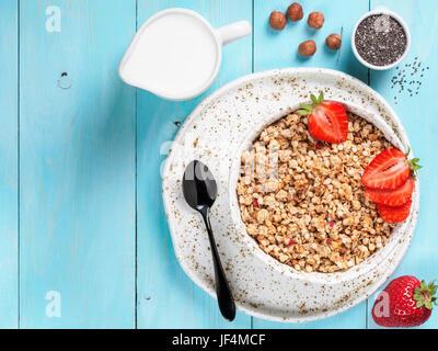 Schüssel mit Müsli, frischen Strowberry, Nüssen, Chia-Samen und Milch - Stockfoto