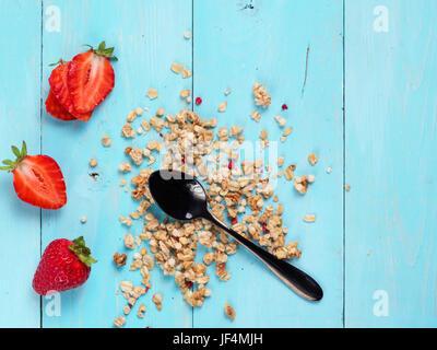 trockene Muesl mit schwarzen Teelöffel und frischen Erdbeeren - Stockfoto