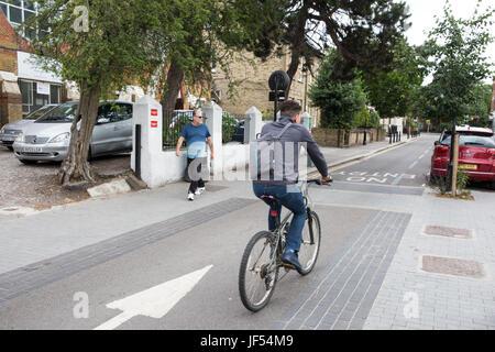 London, UK. 29. Juni 2017. Ein Radfahrer durchläuft eine Schließung in der Nähe von Orford Straße in Walthamstow - Stockfoto