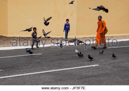 Ein buddhistischer Mönch und einige kambodschanische Kinder außerhalb der Königspalast in Phnom Penh. - Stockfoto