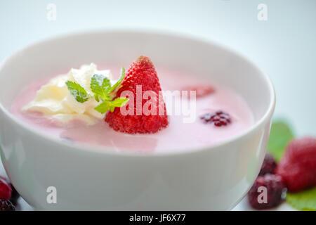 Frischen Beeren Suppe Closeup mit Erdbeere, Minze und Sahne - Stockfoto