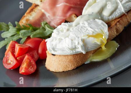 Eier Benedikt auf geröstetem Muffins Stockfoto