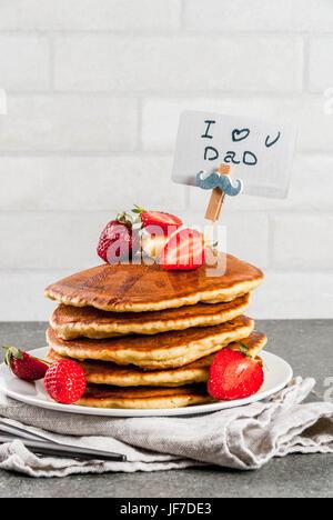 Vatertag feiern. Frühstück. Die Idee zum herzhaften und leckeren Urlaub Frühstück: Pfannkuchen mit Butter, Ahornsirup - Stockfoto