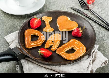 Vatertag feiern. Frühstück. Die Idee für ein reichhaltiges und leckeres Frühstück: Pfannkuchen in Form von herzlichen - Stockfoto