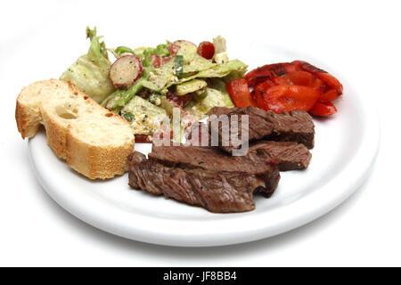 Roastbeef Streifen Mit Salat Und Baguette - Stockfoto