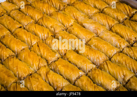 """Nahaufnahme von köstlichen traditionellen türkischen Ramadan Dessert """"Baklava"""" mit Walnuss - Stockfoto"""