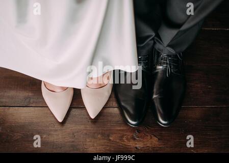 a5bef23a2b8233 Nahaufnahme von der Braut und des Bräutigams Füße und Schuhe