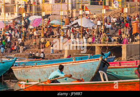 Männer und Frauen bei einem Ghat in Varanasi, Indien am Ufer des Flusses Ganges. Uttar Pradesh. - Stockfoto