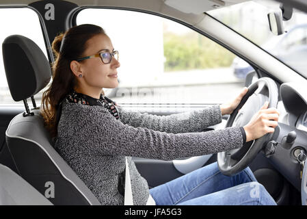 Freundlich Geschäftsfrau im Auto sitzen - Stockfoto