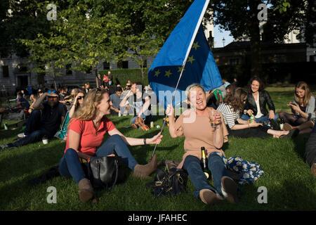 London, UK. 30. Juni 2017. Theresa Mai verlassen Getränke im St. James Park in London, England, Vereinigtes Königreich. - Stockfoto