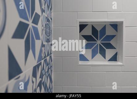 Weißes Badezimmer Mit Blauen Und Weißen Patchwork Fliesen Mit - Patchwork fliesen bad