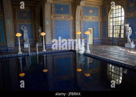 Die Römischen Pool an Hearst Castle, gestaltet nach einer antiken römischen Bad, Fliesen und Mosaik Muster in Blau - Stockfoto