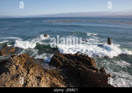 Wellen auf felsformationen an der Pazifikküste. - Stockfoto
