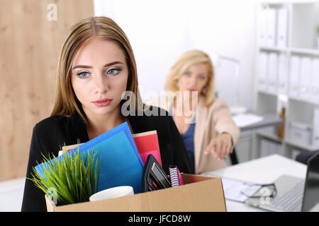 Chef, die Entlassung eines Mitarbeiters. Niedergeschlagen gebrannten Büroangestellter mit einer Kiste voller Sachen. - Stockfoto