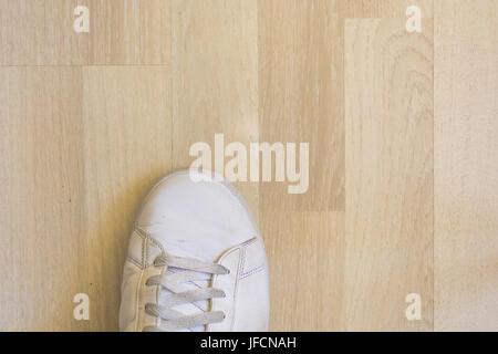 Weiße sneaker Schuh auf Holzboden - Stockfoto
