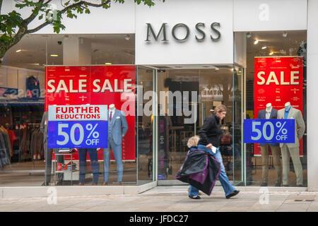 Moss Bros Designer Herrenmode Ladenfront Sommer Sales Poster in Fishergatem Preston, UK - Stockfoto