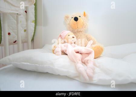 teddy b ren sitzt auf einem bett stockfoto bild 74503651 alamy. Black Bedroom Furniture Sets. Home Design Ideas