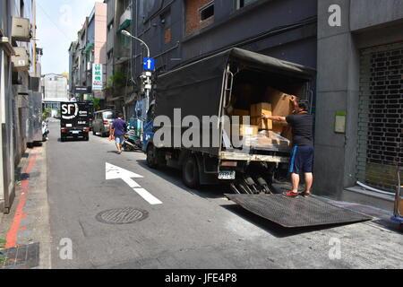 Eine Lieferung LKW parkt am Straßenrand in Verbündeter, einige Boxen auf einer Einbahnstraße in Taipei, Taiwan zu - Stockfoto