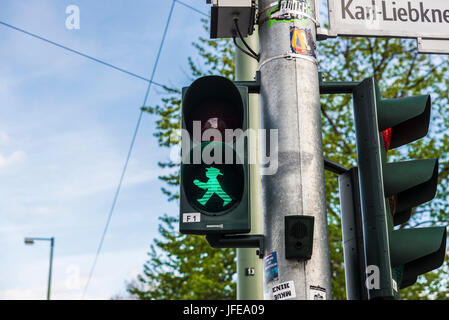 Berlin, Deutschland - 13. April 2017: Ampelmann (Ampelmannchen), der kleine Mann an der Ampel, hier grün, verwandelte - Stockfoto