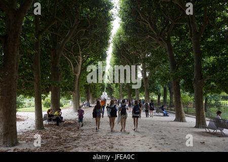 Die Menschen gehen auf dem Weg in den Botanischen Garten Jardin des Plantes. - Stockfoto