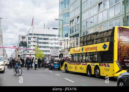 Berlin, Deutschland - 14. April 2017: Touristen und Verkehr im Checkpoint Charlie in Berlin, Deutschland - Stockfoto