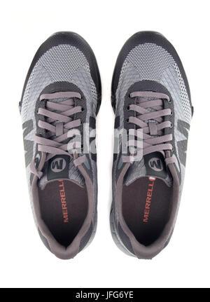 Grau Merrel and walking Schuh schneiden Sie auf weißem