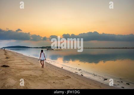 Frau bei Sonnenaufgang am Strand Chaweng Beach, Insel Ko Samui, Thailand, Asien - Stockfoto
