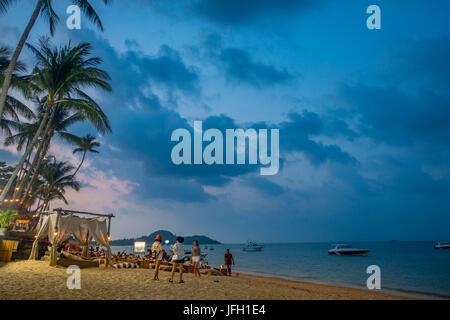 Strandbar, Touristen am Strand, Bo Phut Beach, Insel Ko Samui, Thailand, Asien - Stockfoto