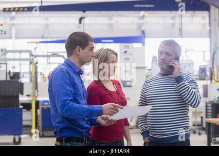 Menschen zeigen Geschäftsdokument reifer Geschäftsmann am Telefon sprechen - Stockfoto