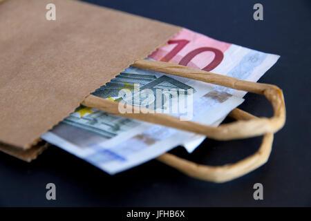 Euro in einer braunen Papiertüte. - Stockfoto
