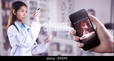 Zusammengesetztes Bild des asiatischen Arzt zeigen mit Stift - Stockfoto