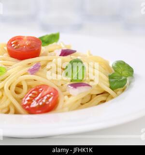 Italienisches Gericht Spaghetti mit Tomaten Nudeln Nudeln mit Teller - Stockfoto