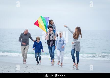 Multi-Generation, Familie an der Küste gegen Sky läuft