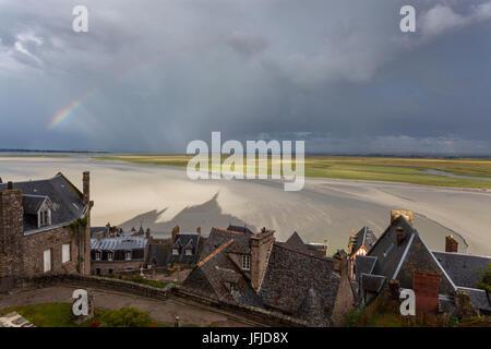 Mont Saint Michel, Normandie, Frankreich, Blick auf Bucht mit Regenbogen und der Abtei Schatten - Stockfoto