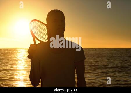 Das zusammengesetzte Bild der weiblichen Tennisspieler mit Schläger posing - Stockfoto