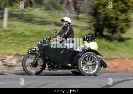 Oldtimer Motorrad mit Beiwagen auf der Landstraße in der Nähe der Stadt Birdwood, South Australia - Stockfoto