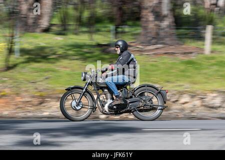 Oldtimer AJS Motorrad auf der Landstraße in der Nähe der Stadt Birdwood, South Australia. - Stockfoto