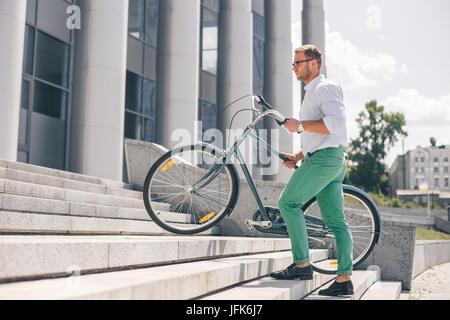 Stilvolle Jungunternehmer mit Fahrrad Stufen - Stockfoto