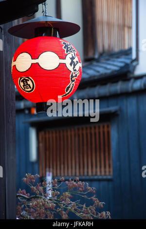 Eine rote Laterne hängend aus dem Stadtteil Gion in Kyoto, Japan - Stockfoto