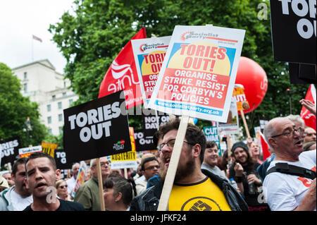 """London, UK. 1. Juli 2017. Demonstranten tragen Plakate beim """"Nicht einen Tag mehr"""" Marsch vorbei an Piccadilly Circus - Stockfoto"""