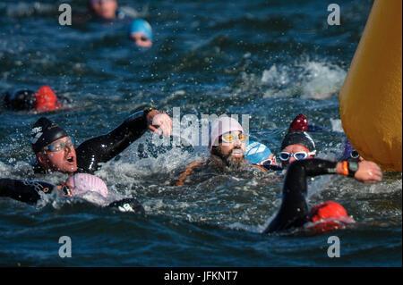 Edinburgh, UK. 2. Juli 2017.  IRONMAN 70.3 Edinburgh Triathlon Veranstaltung stattfinden mit beginnend mit einer - Stockfoto