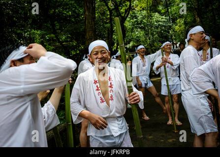 Nishio City, Japan. 2. Juli 2017 - reinigen Männer sich durch stehen unter Wasser während Hirahara-keine-Taki-Biraki, - Stockfoto