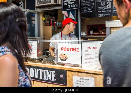 Montreal, Kanada - 28. Mai 2017: Jean Talon Market Poutine Restaurant Zeichen in Nahaufnahme mit Koch in Stadt in - Stockfoto