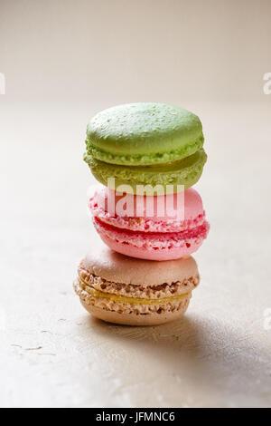 Drei bunte Cookies Macaron im Stapel auf hellem Hintergrund - Stockfoto