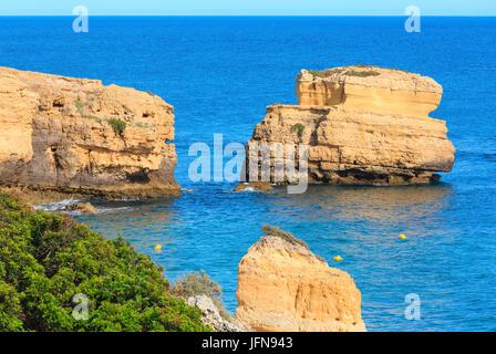 Kalkstein Klippe in der Nähe der Ufer (Algarve, Portugal). - Stockfoto
