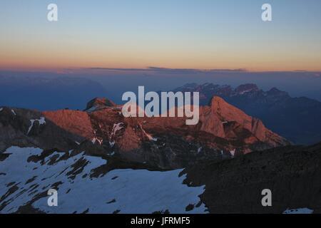 Blick vom Mount Santis. Sonnenuntergang in den Schweizer Alpen an einem Sommertag. - Stockfoto