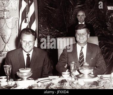 Amerikanische Evangelist Billy Graham und Präsident John F. Kennedy bei einem Gebetsfrühstück in Washington, D.C. - Stockfoto